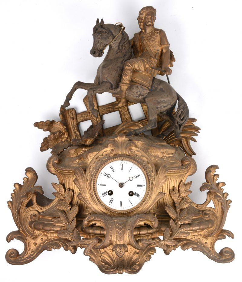 Een zamakken schouwpendule in barokke stijl, getooid met een ruiter. Achterpootjes manco. Met sleutel, zonder slinger.