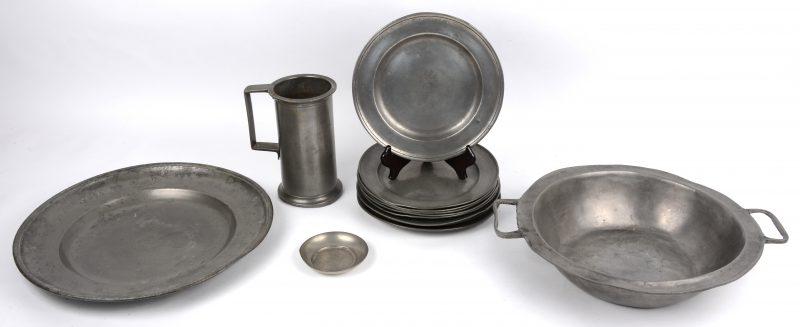 Een lot tin, waarvan een litermaat, een schaal met oren, een grote schotel en elf bordjes, grotendeels met de roos gekeurd. Plus een klein Hollands schaaltje.
