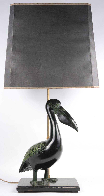 Een lampvoet met een bronzen pelikaan.