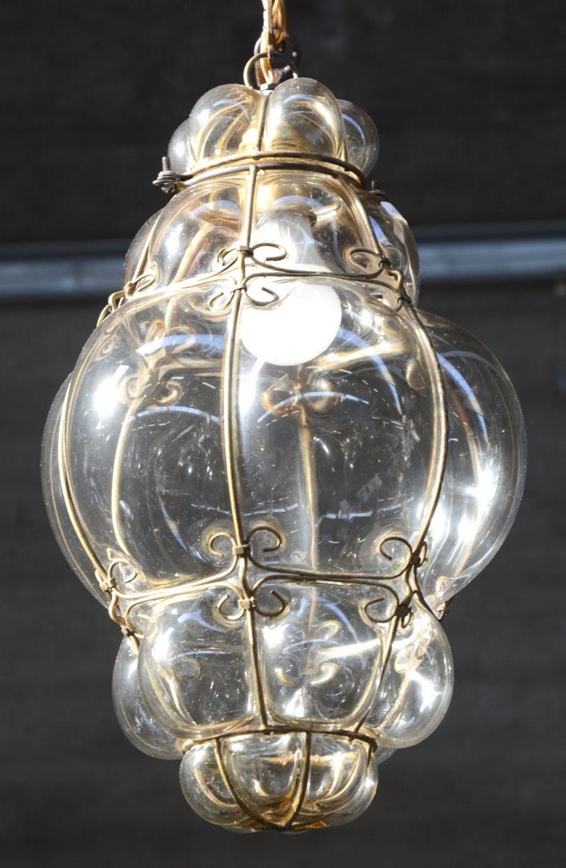 Een Venetiaans glazen bolluster met koperen monturen.