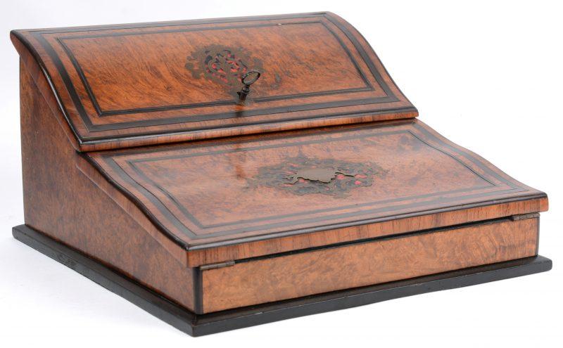 Een scribaan van notenhoutfineer, versierd met inlegwerk in de stijl van Boulle.