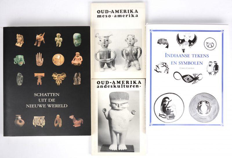 Een lot van vier catalogi van tengtoonstellingen over kunst in de Nieuwe Wereld.
