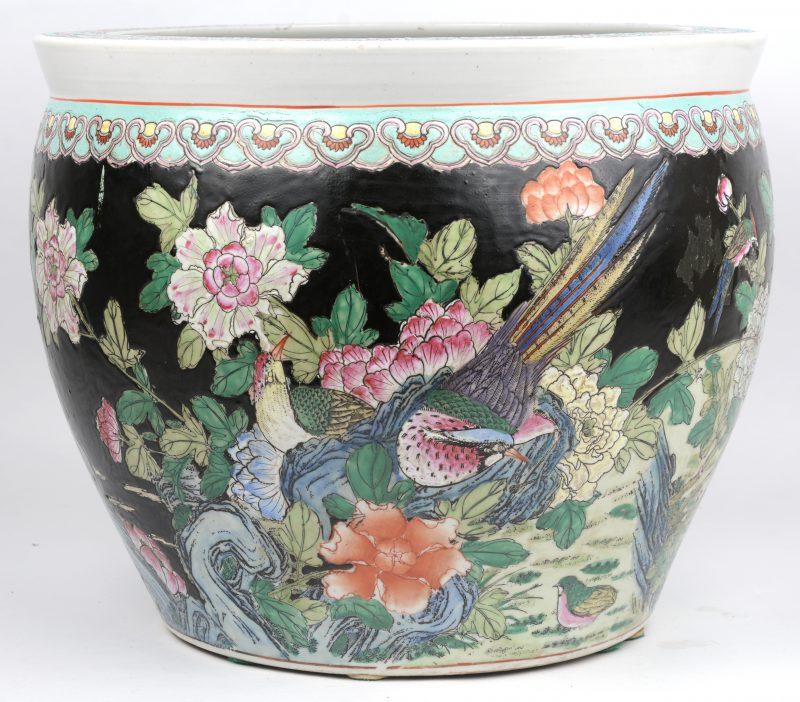 Een fishtank van Chinees porselein, versierd met een landschapsdecor met bloemen, vogels en insecten op zwarte fond. Onderaan gemerkt.