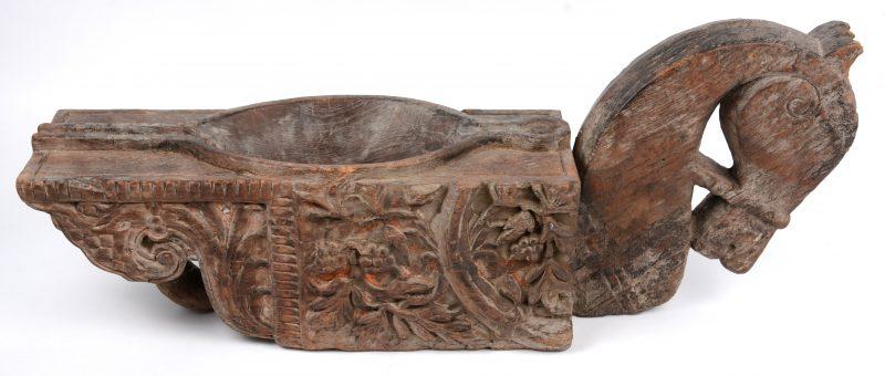 Indische houtsculptuur met paardenkop.