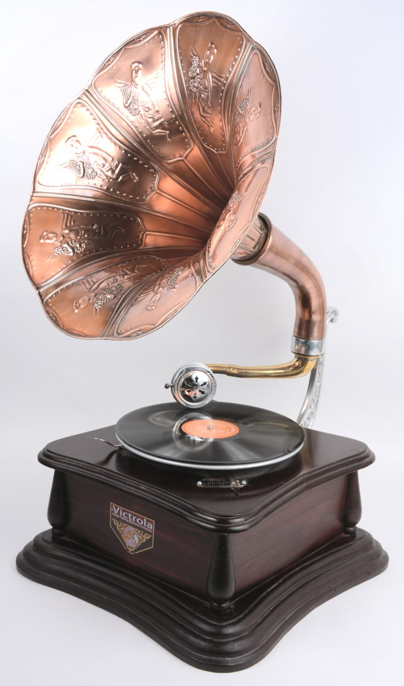 Een recente replica van een oude Victrola slingergrammofoon met koperen hoorn.