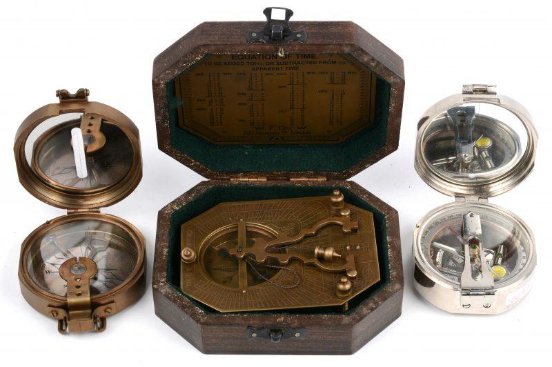 Een lot van drie replica's van antieke kompassen.