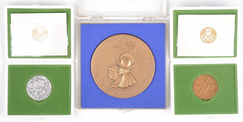 """Een koperen en een sterlingzilveren munt """"Olympiade Tokyo 1964"""", beide in etui. Evenals een bronzen medaille """"San Diego 200th Anniversary 1769-1969, in etui."""
