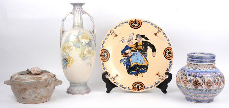 Een lot aardewerk, bestaande uit een amfoorvaas met bloemendecor, een sierbord van Quimper een vaasje van Gouds aardewerk (De Olde Kruyk) en een dekselpot van bergens steengoed (Armogrès).