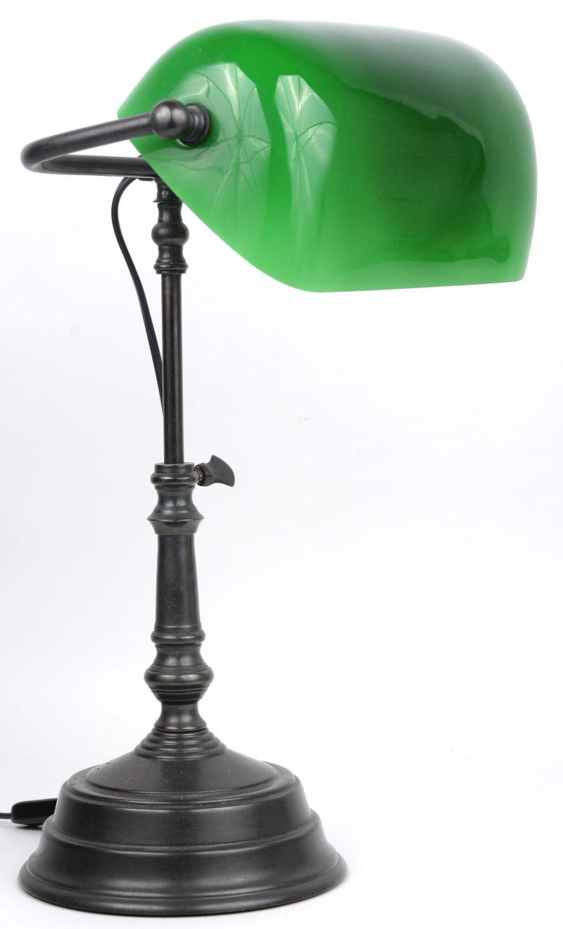 Een donkergepatineerd metalen bureaulampje met groen glazen kap.