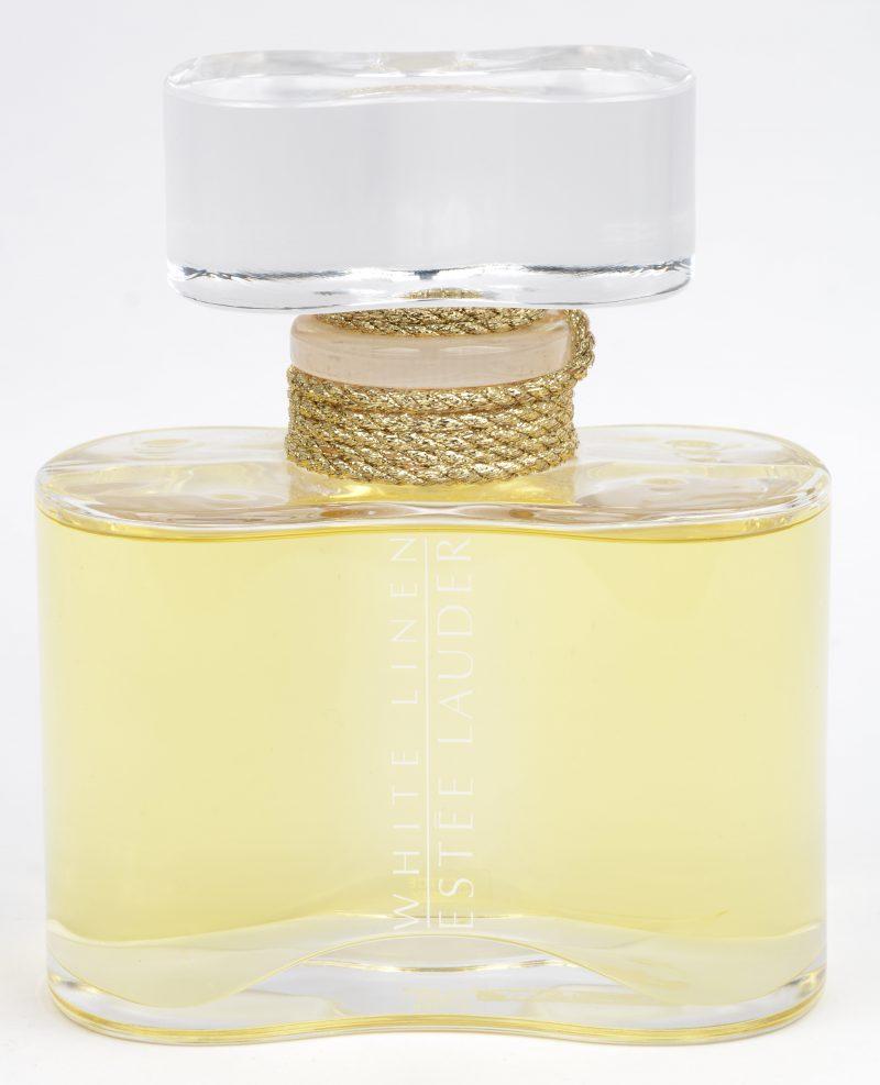 Een grote factice voor het parfum 'White linen'.
