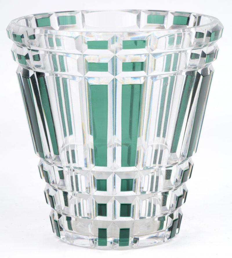 Kratervormige art deco vaas van geslepen en in de massa groen gekleurd kristal. Onderaan gemerkt.
