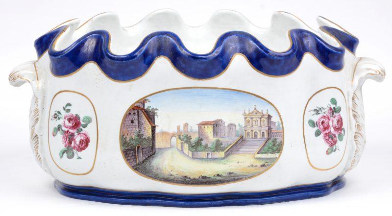 Ovale jardinière van Frans porselein, met gelobde rand, buik versierd met landschappen en rozentuilen, boven-en onderrand in kobaltblauw, voluutvormige oren. XIXde eeuw.