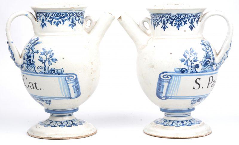 """Een paar aardewerken apothekerspotten met tuit. Blauw-witte versiering met engelen en met zwart opschrift """"S.Pape.Amb"""". Moustier, XIXde eeuw."""