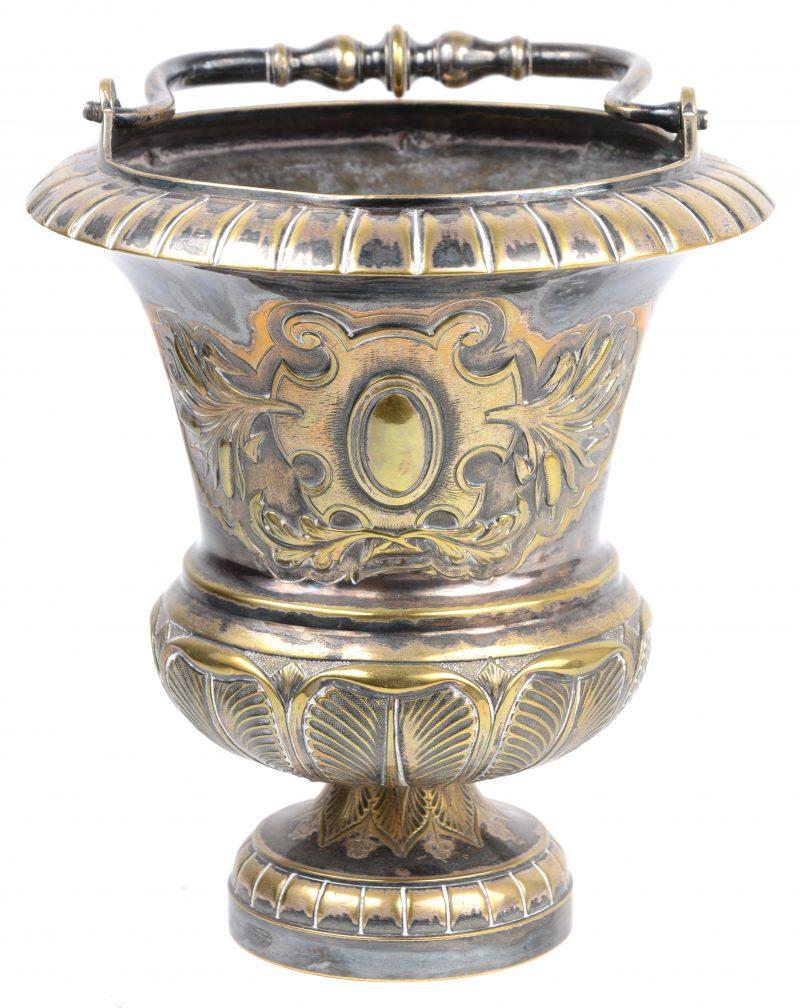 Wijwatervat van gedreven geel koper in Lodewijk XVIV-stijl met sporen van verzilverd metaal