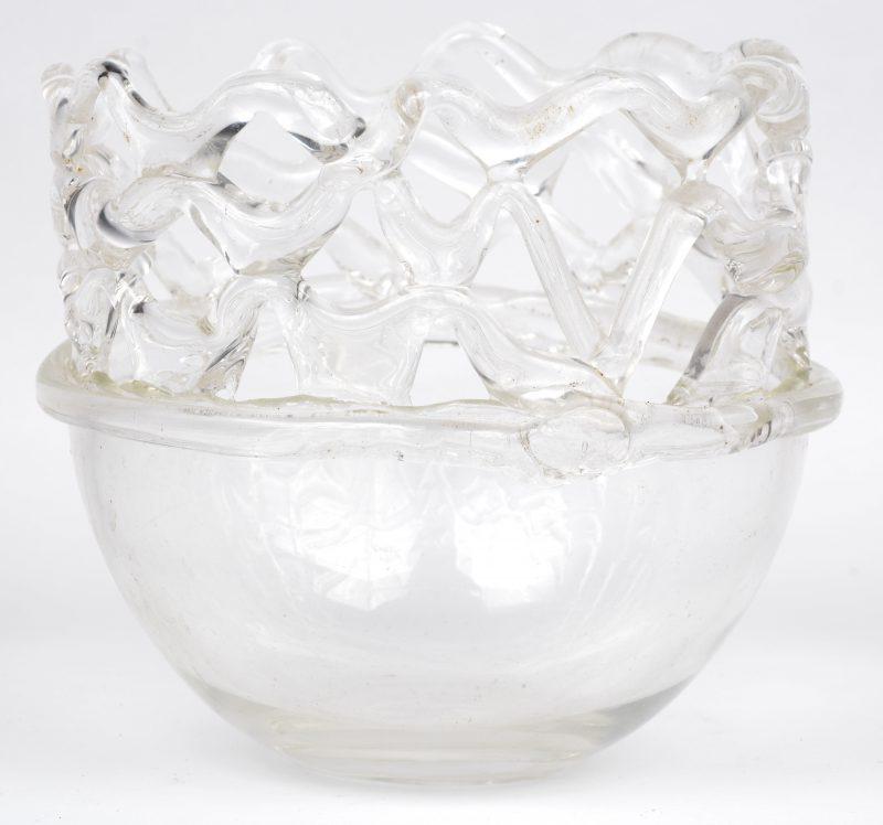 Een vaas met opengewerkte rand van kleurloos (Luiks?) glas. Handwerk.