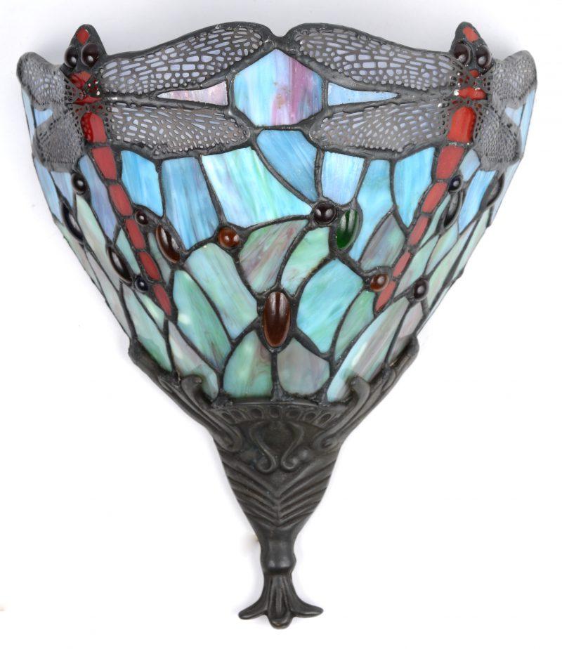 Een wandlamp van glas in lood in de geest van Tiffany, versierd met libellen.