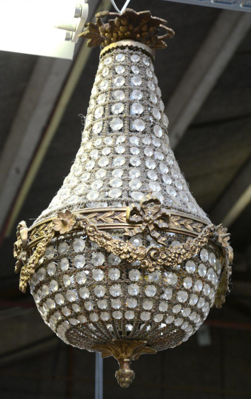 Een bronzen sac-a-perles in lodewijk XVI-stijl met kristallen pendeloques.