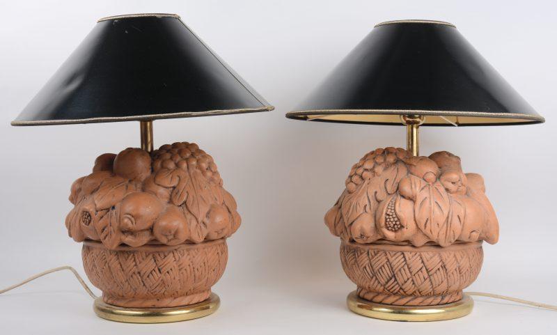 Een paar aardewerken lampvoeten in de vorm van fruitmanden.