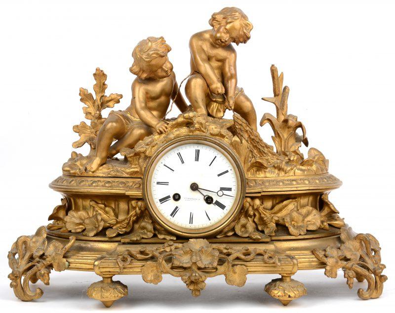 Een schouwpendule van vuurverguld brons, getooid met twee vissersjongetjes. Het uurwerk gemerkt.