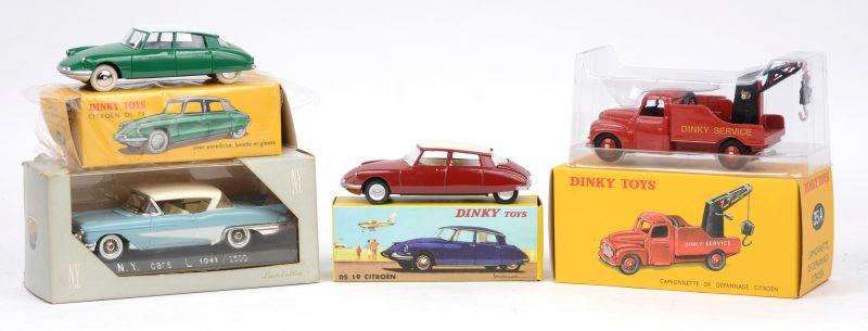 Een lot van drie schaalmodellen, bestaande uit drie heruitgaves van Dinky Toys door Norev en één van Norman Young Company.