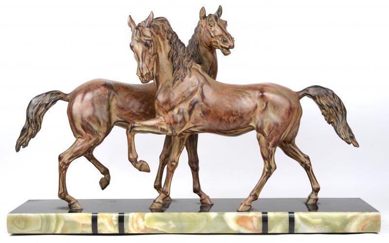"""""""Paarden"""". Een groep van zamak op sokkel van arduin en onyx. Gesigneerd."""