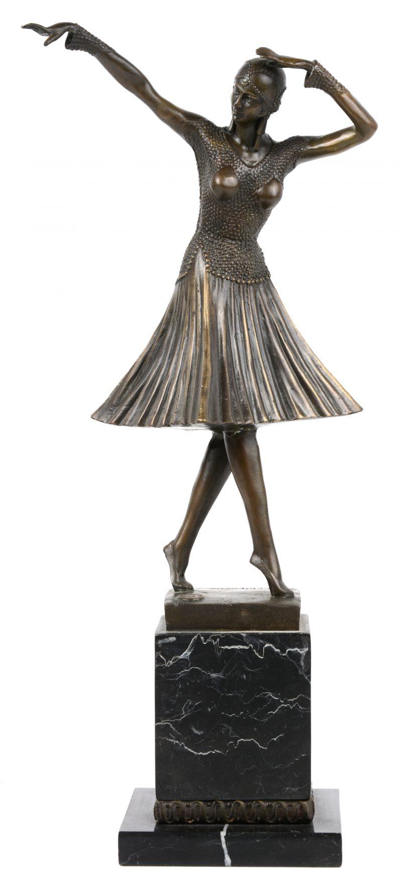 """""""Danseres"""". Een bronzen beeld naar een werk van Chiparus op zwart marmeren sokkel. Met cachet."""