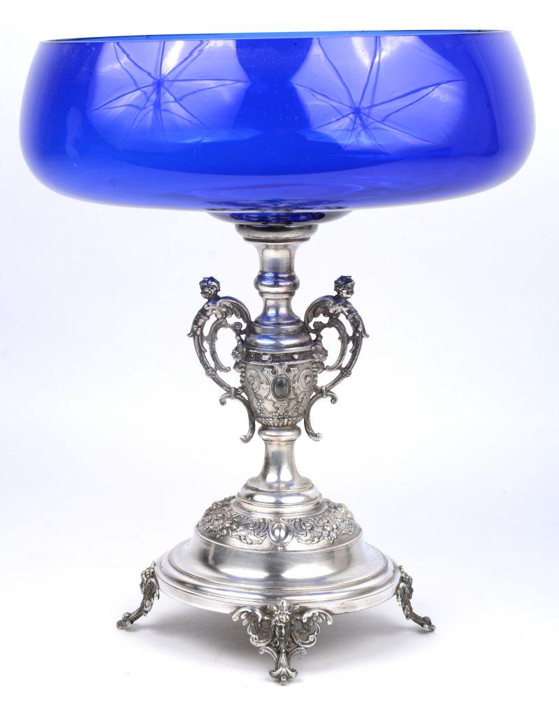 Een blauw glazen milieu-de-table op verzilverd metalen voet.
