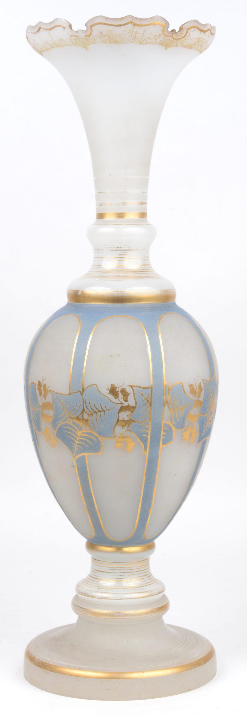 Een opaalglazen siervaas met blauw en verguld decor.