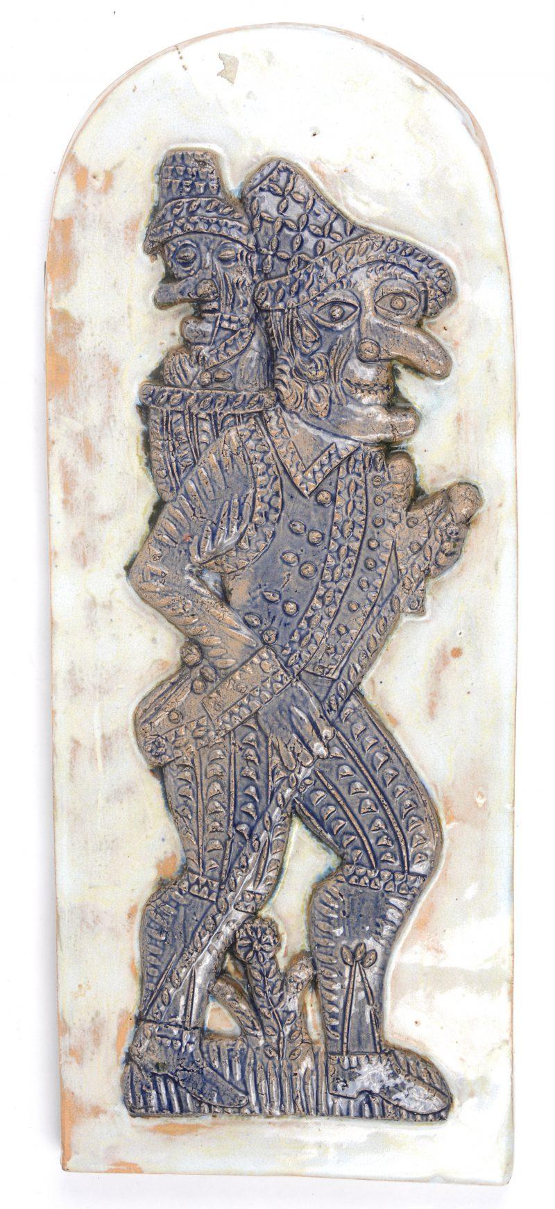 Een geglazuurd aardewerken reliëf.