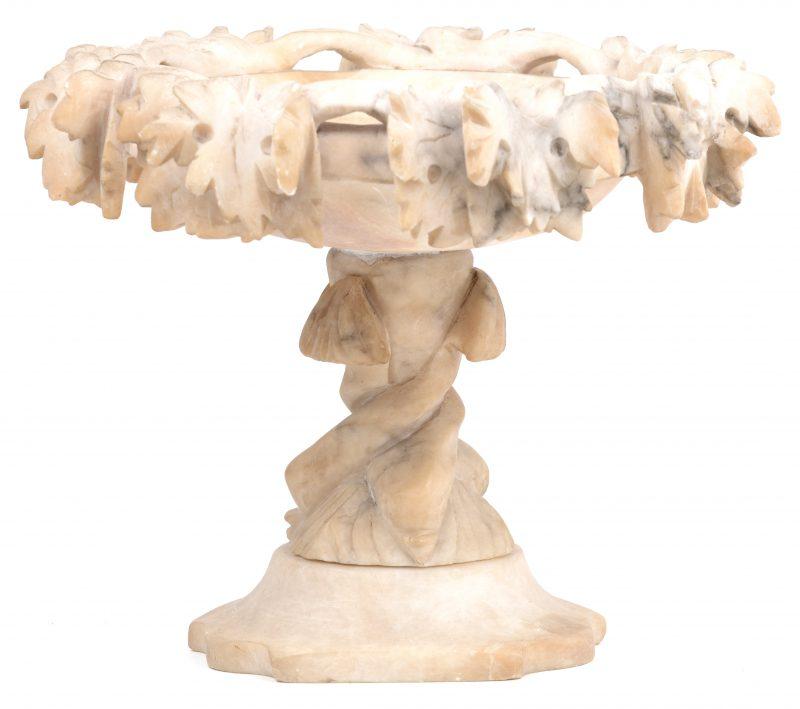Een albasten siercoupe op voet.