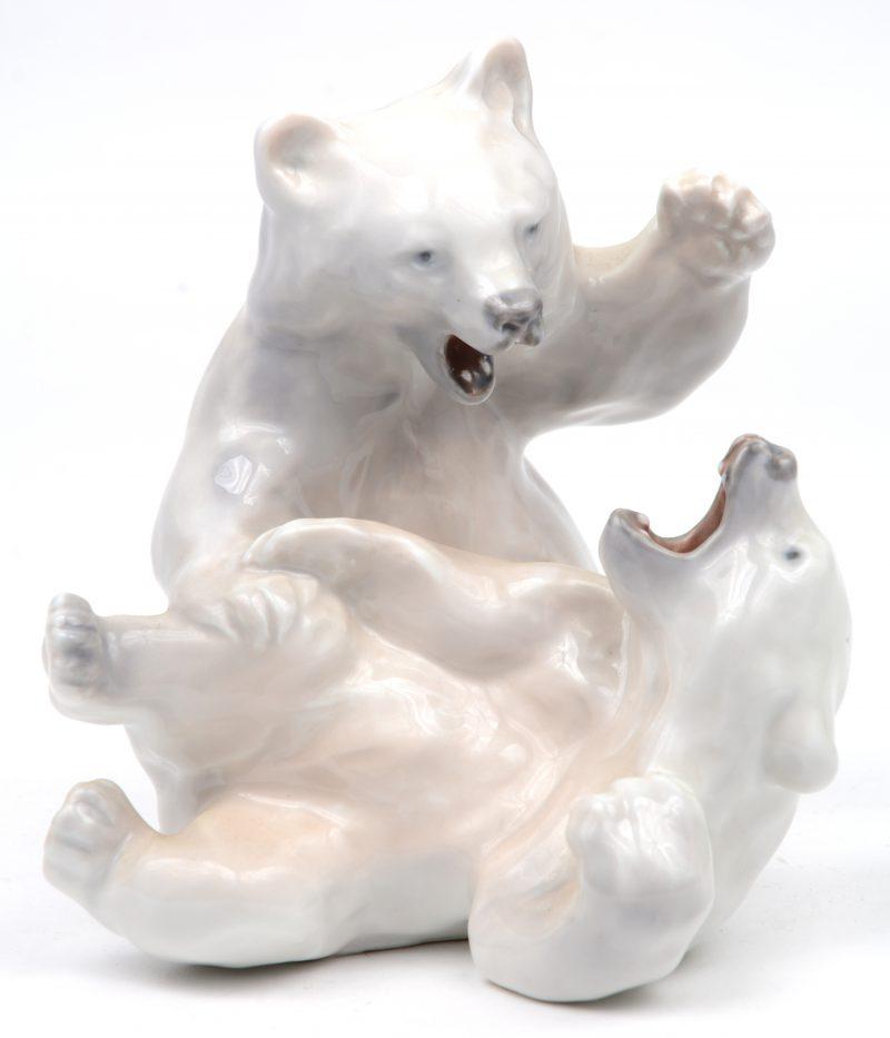 """""""Vechtende ijsberen"""". Een beeldje van meerkleurig Deens porselein. Onderaan gemerkt."""
