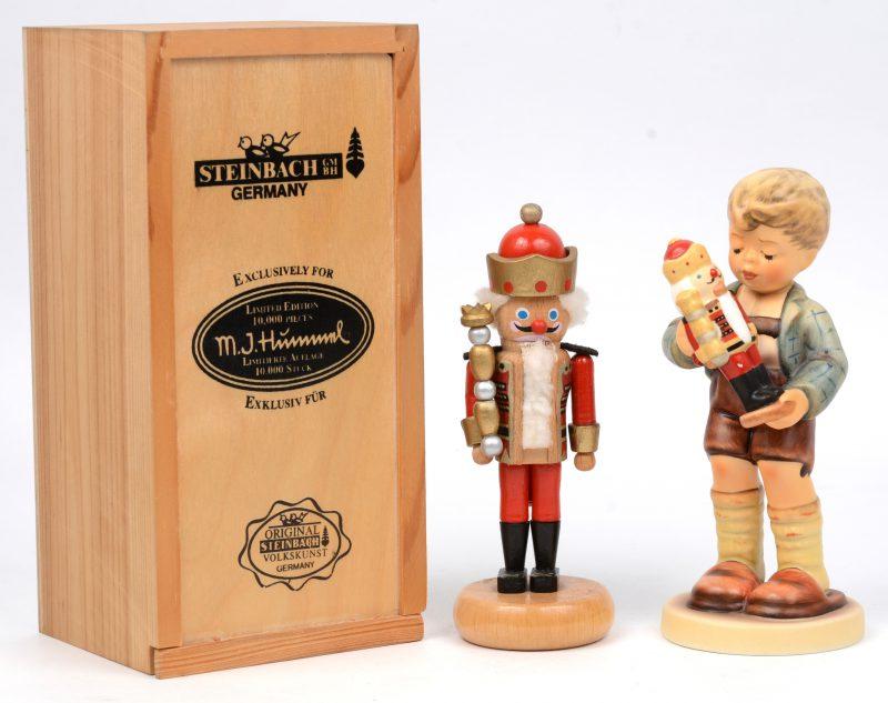 """""""Nutcracker suite"""". Een beeldje van meerkleurig biscuit uit de reeks van M. I. Hummel, No. 2130. Onderaan gemerkt. Bijgevoegd een gepolychromeerd houten beeldje in origineel kistje."""