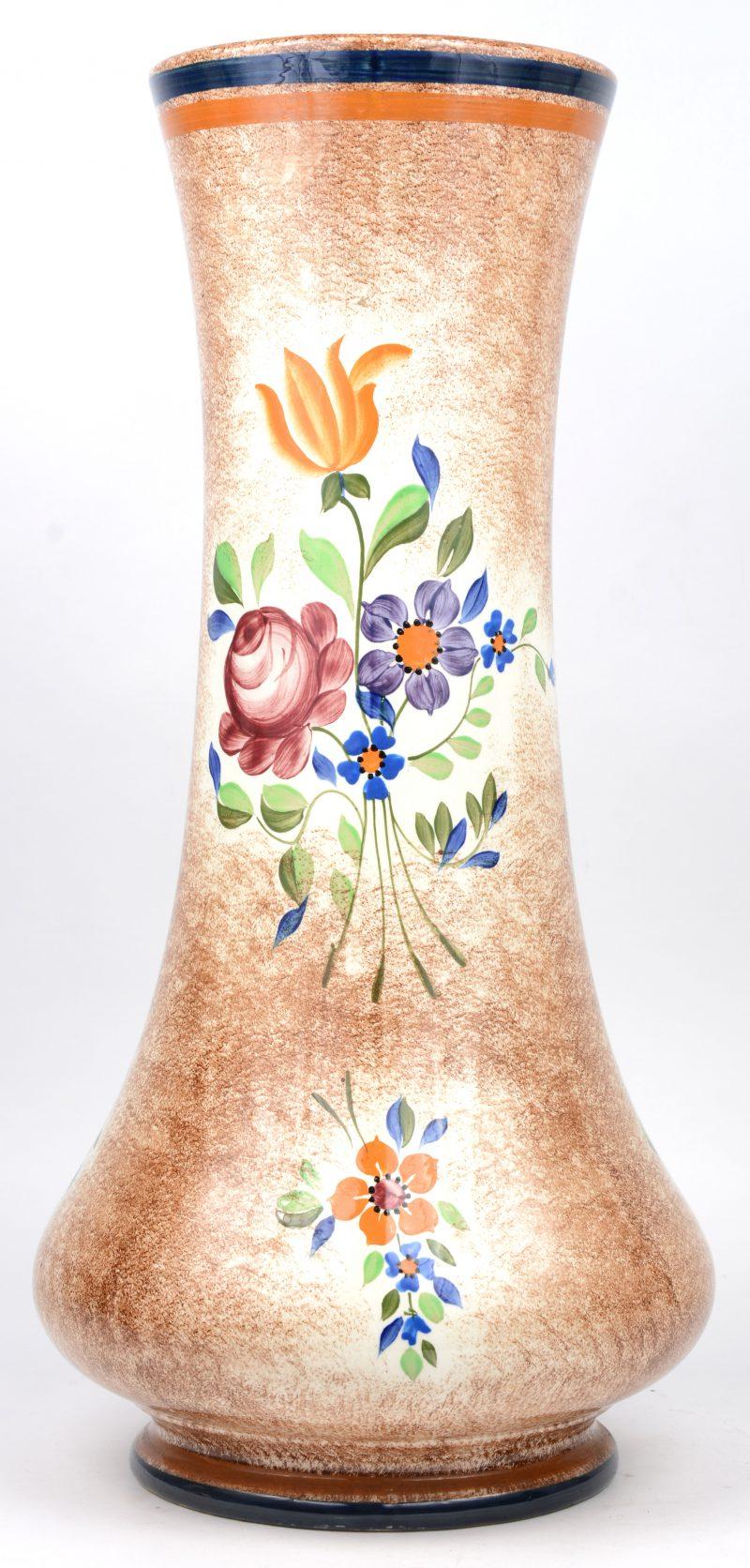 Een grote art deco vaas van meerkleurig aardewerk. Vorm D2740.