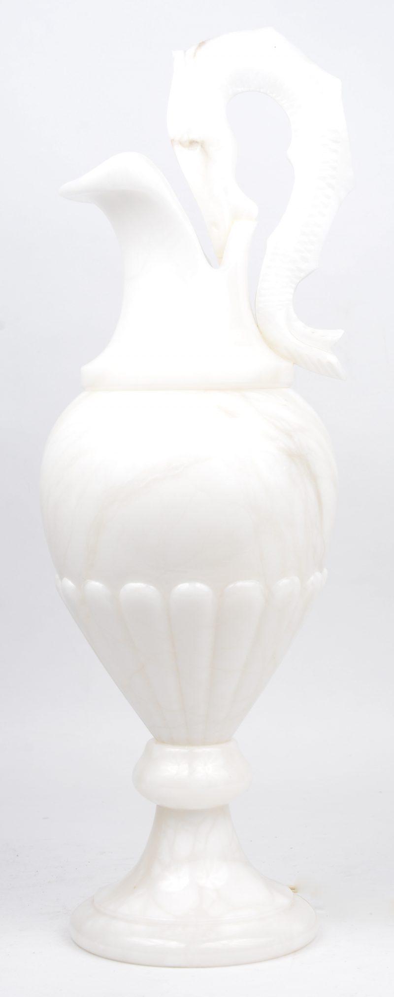 Een albasten lampvoet.