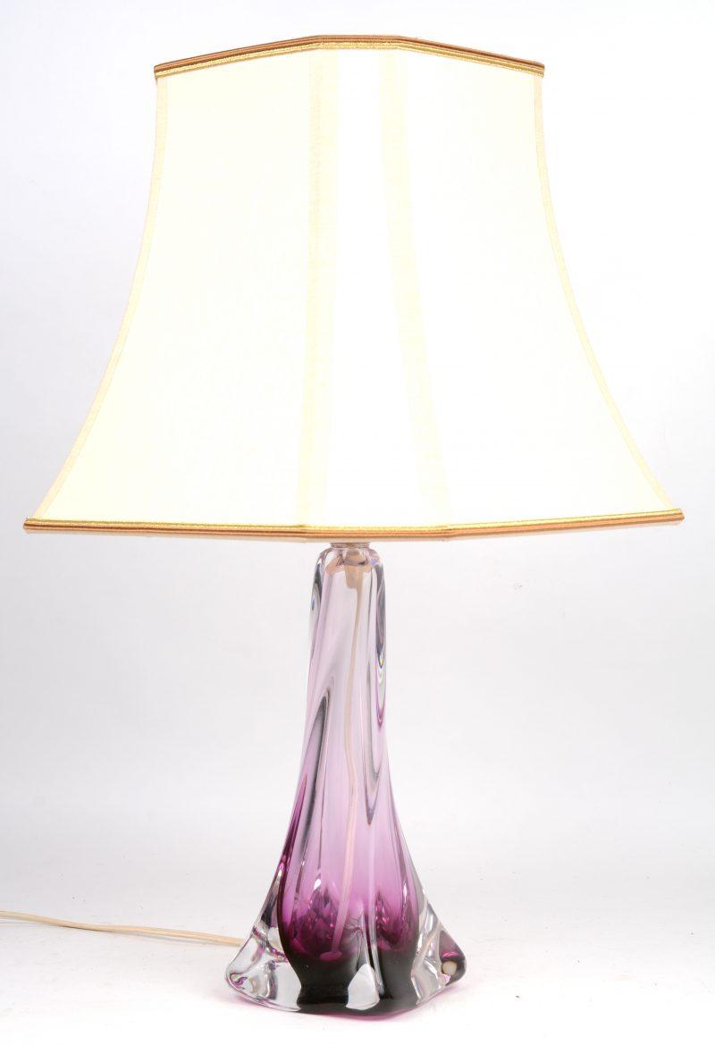 Een lampvoet van gekleurd kristal.