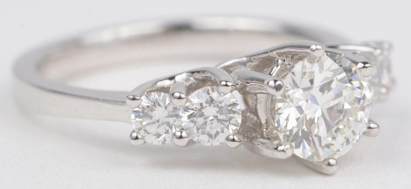 Een 18 K witgouden ring bezet met een briljanten met een gezamenlijk gewicht van +- 0,56 ct. en een centrale briljant van +- 0,90 ct. EVS2.