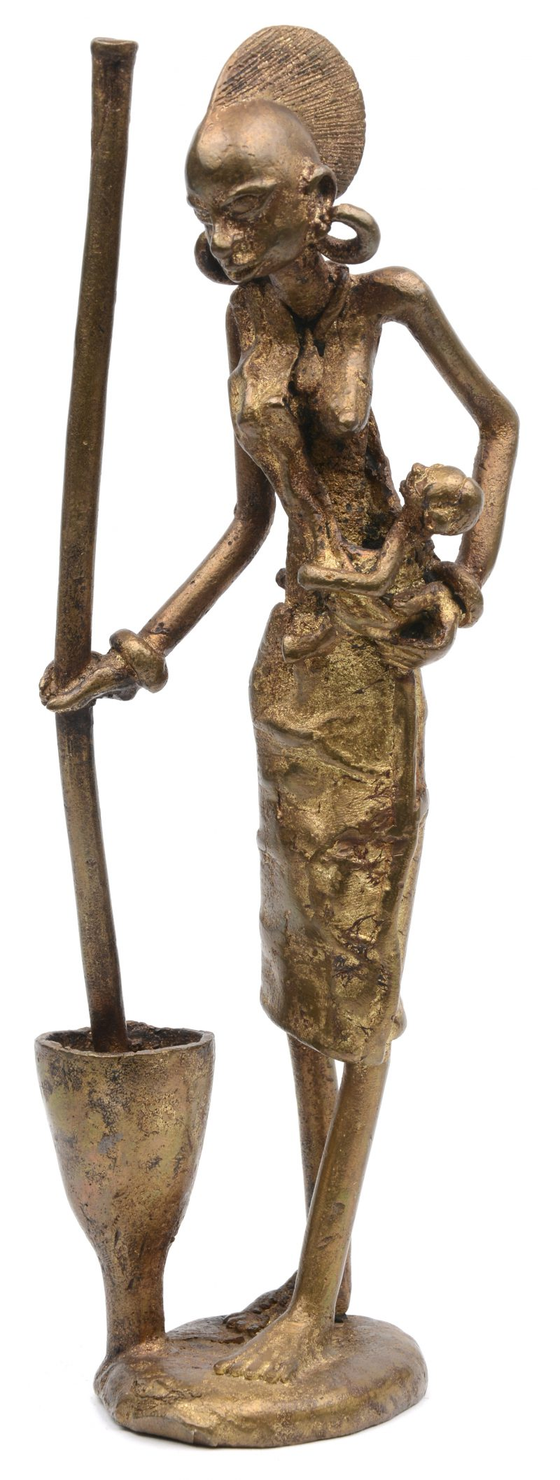 Maniokstampende Afrikaanse vrouw met kind.