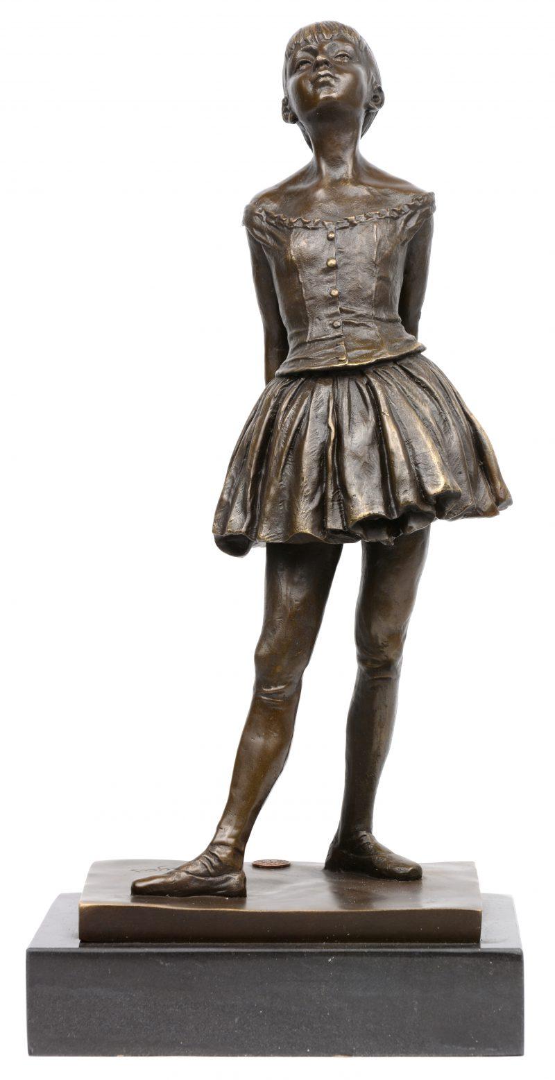 """""""Kleine ballerina"""". Een bronzen beeld naar een werk van Dégas. Op arduinen voetstuk."""