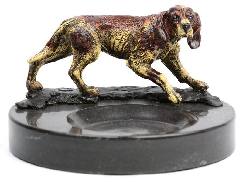 Een arduinen vide-poche met een meerkleurig gepatineerd bronzen jachthondje.