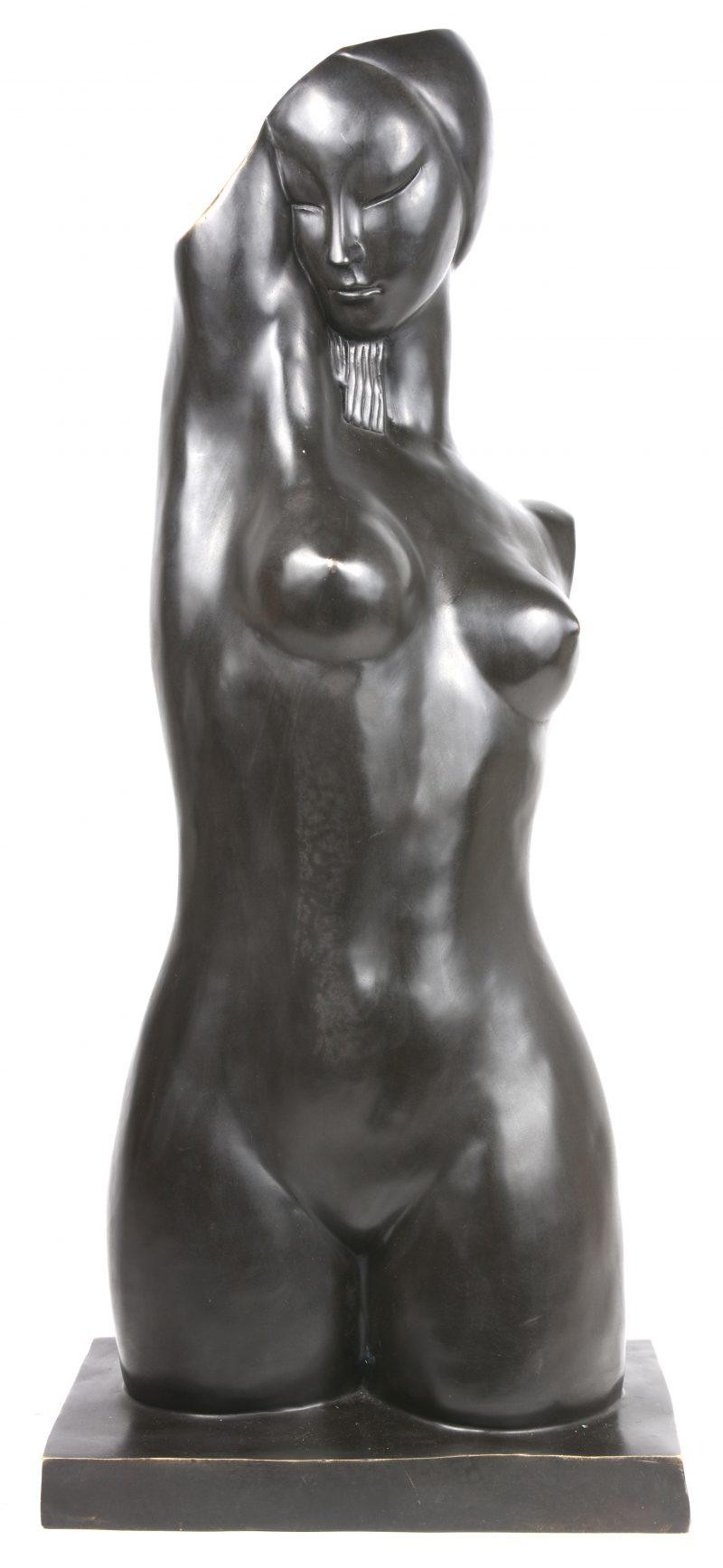 Een bronzen vrouwentorso met donker patina.