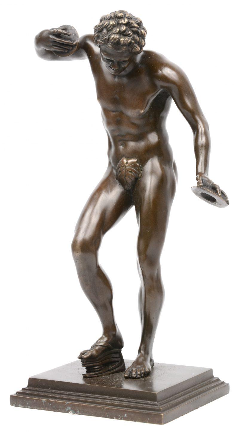 """""""Musicerende Sater"""". Een beeld van bruingepatineerd brons."""