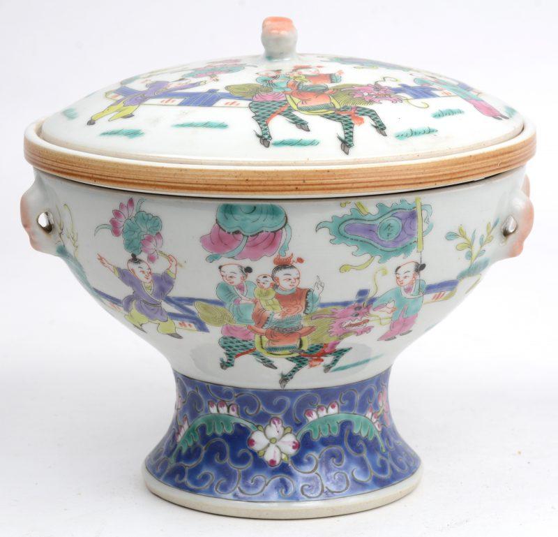 Een Chinees warmhoudschaaltje van Chinees porselein met meerkleurig decor van personages en een Fo-hond. Onderaan gemerkt.