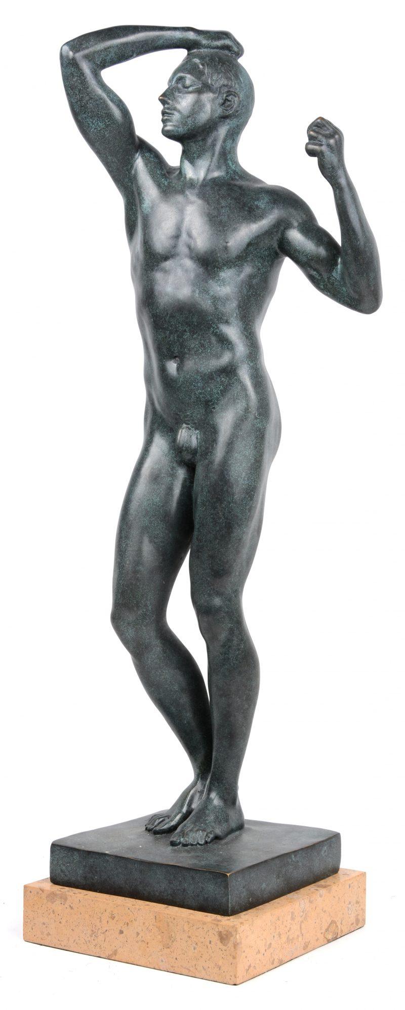 """""""De bronstijd"""". Een bronzen beeld naar  een werk van Rodin op beige marmeren sokkel."""
