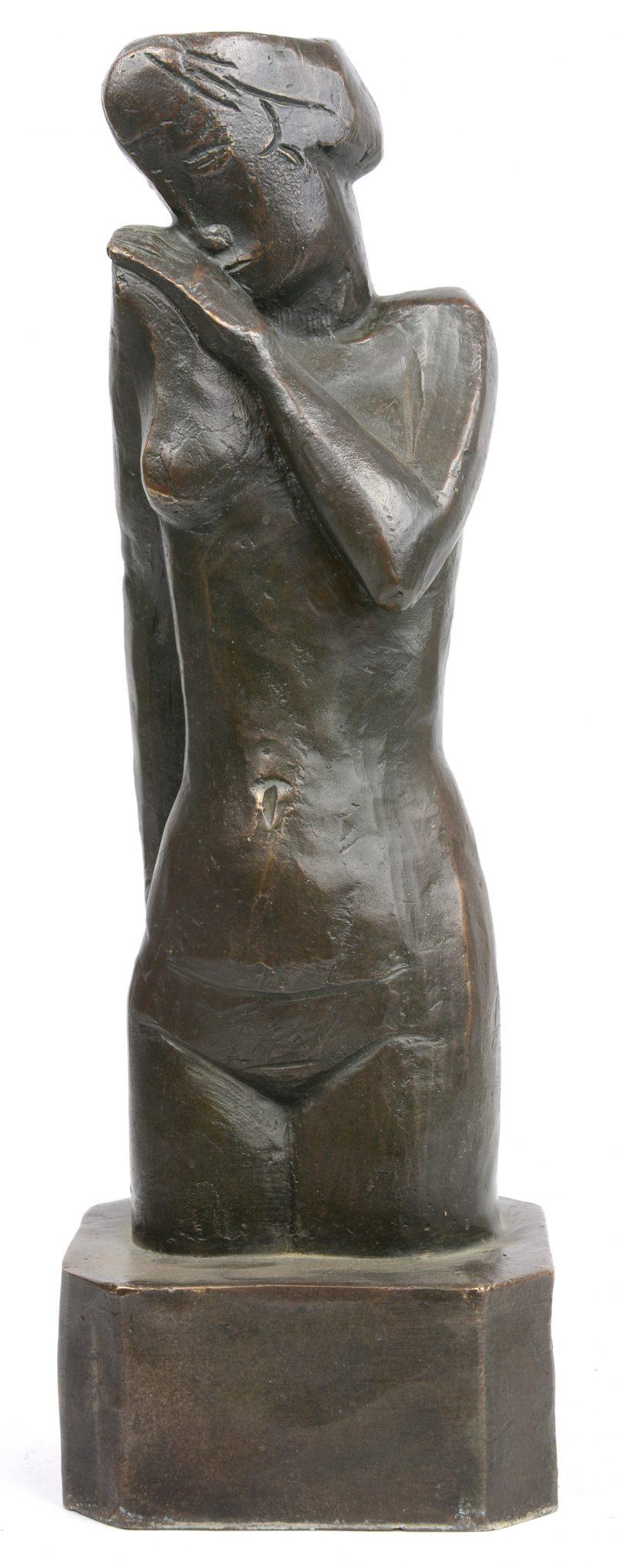 """""""Jong vrouwelijk naakt"""". Een donkergepatineerd bronzen beeld naar een werk van Jozef Cantré."""