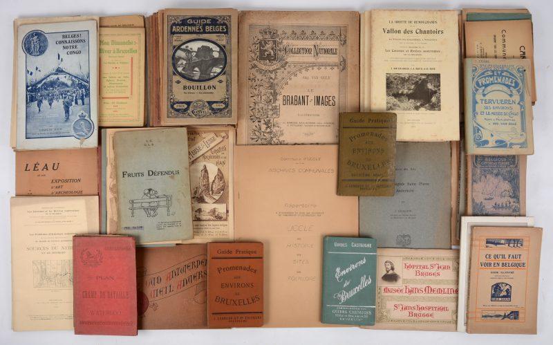 """Een zeer gevarieerd lot boeken, landkaarten e.d. m.b.t. toerisme in België van het einde der XIXde eeuw tot de jaren 1930. O.m. 9 """"Guides Cosyn, Ardennes Belges, Bruxelles e.a."""", """"Le Brabant en Images"""". Ed. Lebègue, Bruxelles. En vele andere."""