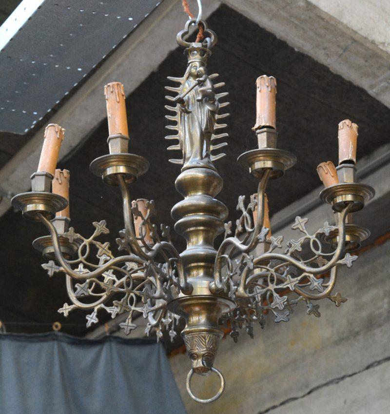 Neo-gotische luchter van brons met 8 armen, versierd met een madonna met kind.