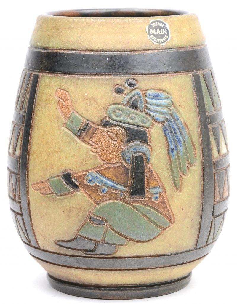 Een art deco vaas van steengoed met meerkleurig gestileerd decor, Zuid-Amerikaans geïnspireerd. Onderaan gemerkt. Model MA5.