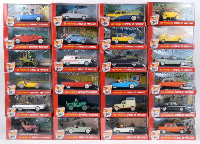 """Een reeks schaalmodellen uit de reeks """"Les voitures de Spirou et Fantasio. Volledige reeks van 24 stuks, in originele verpakking. Dupuis, 2007. Eén achterwieltje (2CV) beschadigd."""