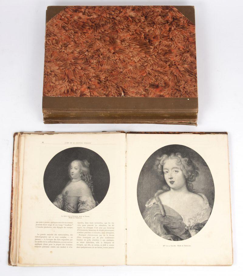 """Album de Costumes Travestis"". Ed. B. Picart. Parijs, ca. 1900. Twee albums met prenten. Bijgevoegd ""L'art de la coiffure féminine"". Jaren '30. Losse pagina's."