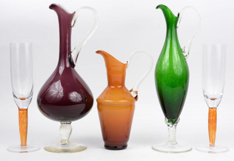Een lot gekleurd Muranoglas, bestaande uit twee kannetjes en twee glazen op voet.